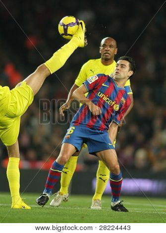 BARCELONA - JAN 2: FC Barcelona player Xavi Hernandez (C) during Spanish soccer league match between FC Barcelona and Villarreal at the Nou Camp Stadium January 2, 2010 in Barcelona, Spain.