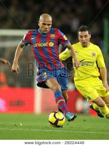BARCELONA - JAN 2: FC Barcelona player  Daniel Alves during Spanish soccer league match between FC Barcelona and Villarreal at the Nou Camp Stadium on January 2, 2010 in Barcelona, Spain.