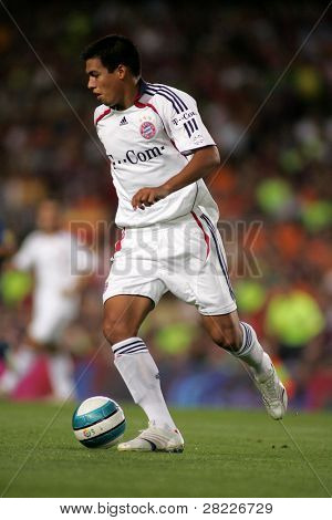 BARCELONA - AUG 22: Paraguayan player of Bayern Munich Julio dos Santos during a friendly match between Bayern Munich and FC Barcelona at the Nou Camp Stadium on August 22, 2006 in Barcelona, Spain
