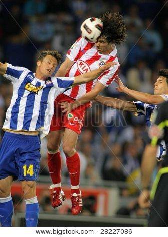 BARCELONA - APRIL 17: Tiago Mendes of Atletico Madrid in action during a Spanish League match between Espanyol and Atletico Madrid at the Estadi Cornella on April 17, 2011 in Barcelona, Spain