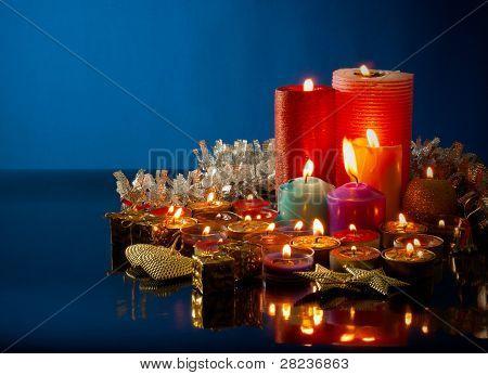 A Lot Of brennende bunte Kerzen dunklen blauen Hintergrund