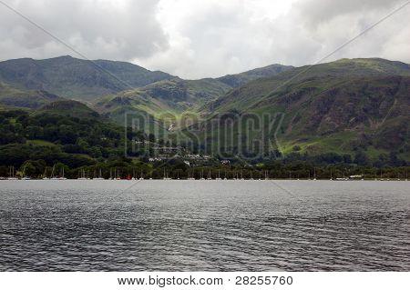 Vista a través de Coniston agua, Cumbria