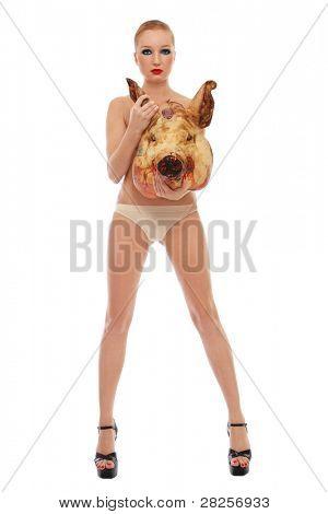 Imagem conceitual da jovem bela mulher sexy slim em estiletes com cabeça do porco morto, branco ba