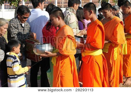 Give Offerings To Buddhist Monk In New Year 2012