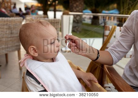 Bebé comiendo sopa