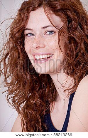 Mujer hermosa cabeza roja con pecas sonriendo