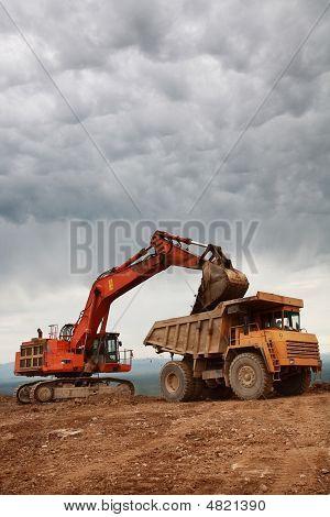 Eaxcavator Loading Truck