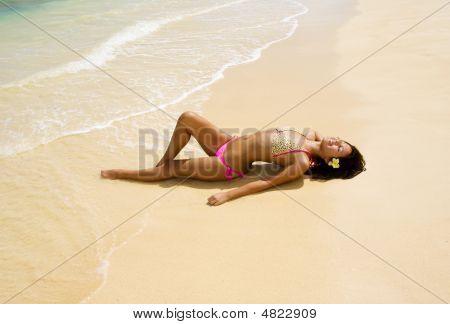 Polynesische Mädchen im rosa Bikini