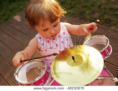 Kleines Mädchen Schlagzeug spielen