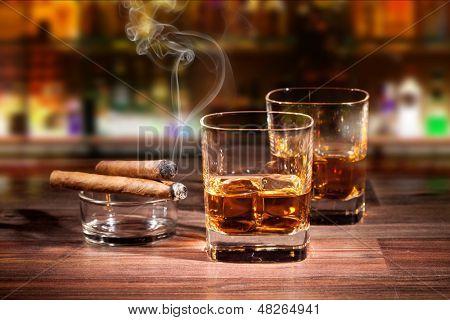 Постер, плакат: Напитки виски и сигары для некурящих, холст на подрамнике