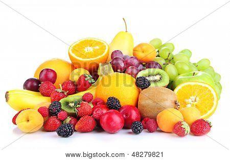 Постер, плакат: Свежие фрукты и ягоды изолированные на белом, холст на подрамнике