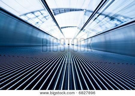 Verschieben von blauen Travolator in Flughafen