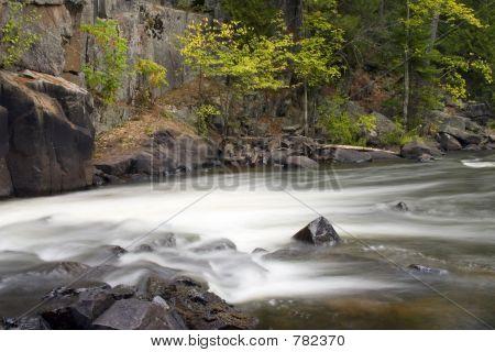 O rio corre suavemente