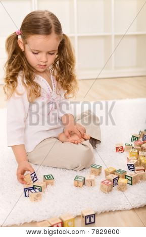 Niña jugando con bloques de madera