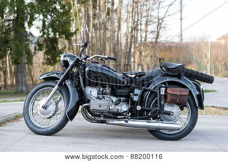 sideview of black oldtimer motorbike