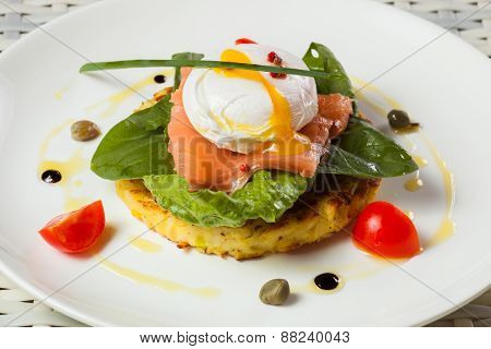 Poached egg with salmon, tomato, and baby spinach