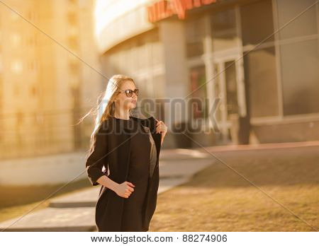 Beautiful young woman walking in the city.