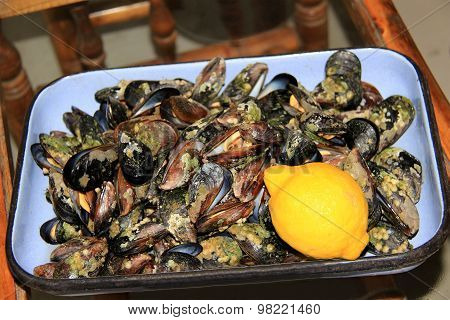 Dish with mussels and lemon