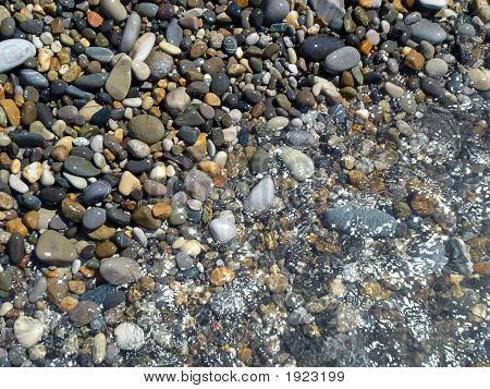 Piedra brillante y onda de mar