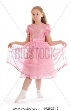Menina bonita de pé no chão em vestido de baile fazer reverência