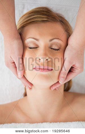 Während bei einer Massage entspannen blonde Frau