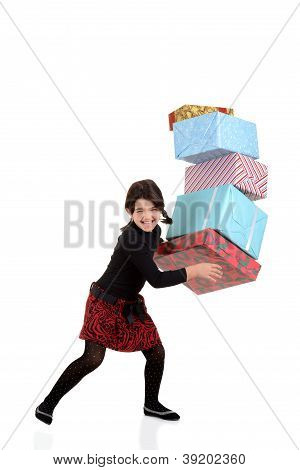 Jovem, deixando cair a pilha de presentes de Natal
