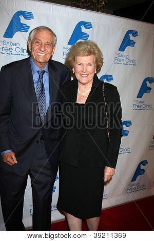 LOS ANGELES - NOV 19:  Garry Marshall and wife arrives to the The Saban Free Clinic's Gala at Beverly Hilton on November 19, 2012 in Beverly Hills, CA