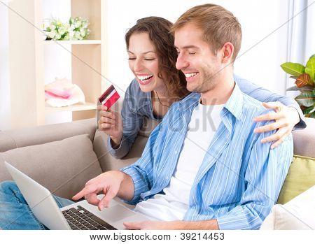 Shopping.Happy sorridente casal usando cartão de crédito online para Internet loja on-line. Casal jovem com L