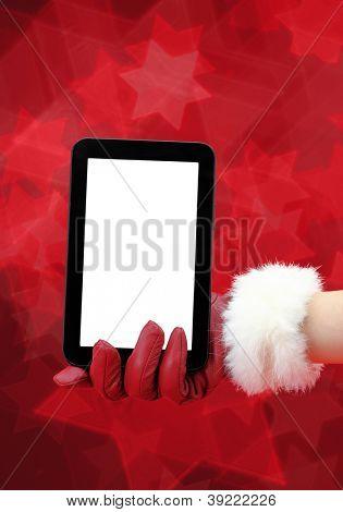 Mão de mulher com luva vermelha segurando um tablet pc