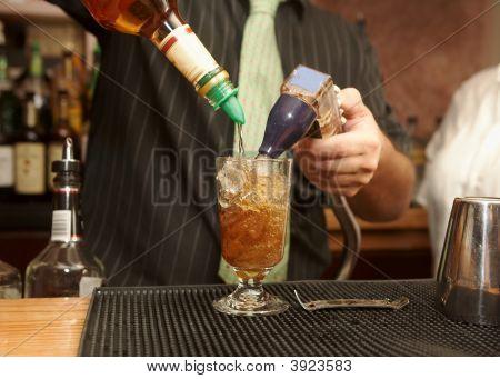 Camarero verter la bebida