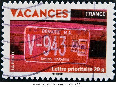 Frankreich - CIRCA 2009: Eine Briefmarke gedruckt in Frankreich das Urlaub zeigt Auto-Nummernschild von Bo gewidmet