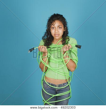 joven, atada con un cable de extensión