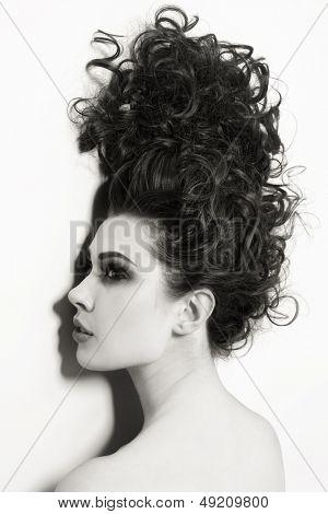 Tiro de duotono de mujer hermosa joven con pelo largo y rizado