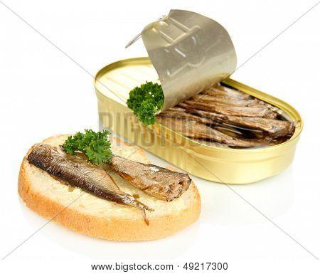 Lata abierta con sardinas y sabroso sándwich, aislado en blanco