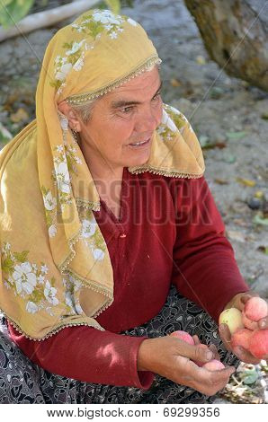 Woman sells apples