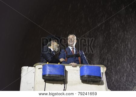 Rabbi Hecht & Mayor De Blasio in the rain