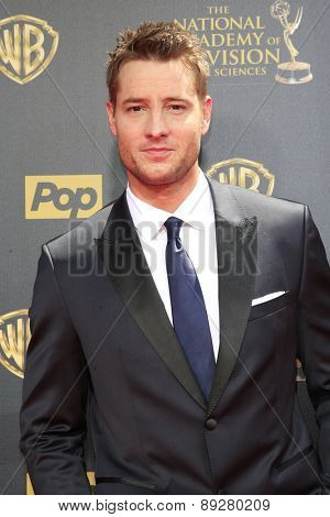 BURBANK - APR 26: Justin Hartley at the 42nd Daytime Emmy Awards Gala at Warner Bros. Studio on April 26, 2015 in Burbank, California
