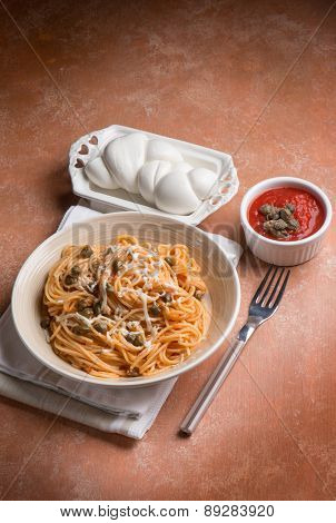 spaghetti with mozzarella tomato and capers