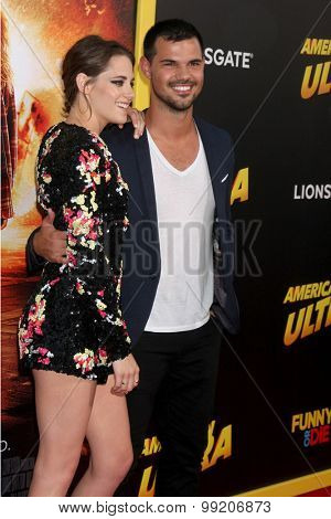 LOS ANGELES - AUG 18:  Kristen Stewart, Taylor Lautner at the