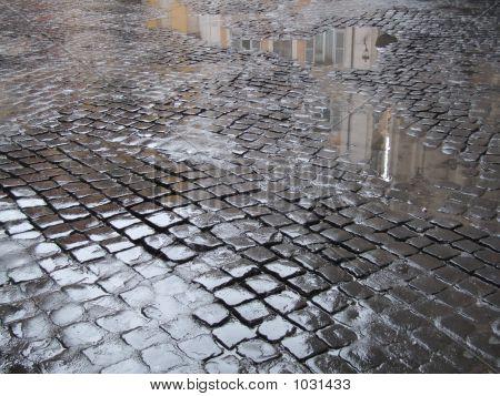Nasse Straße mit Kopfsteinpflaster In Rom