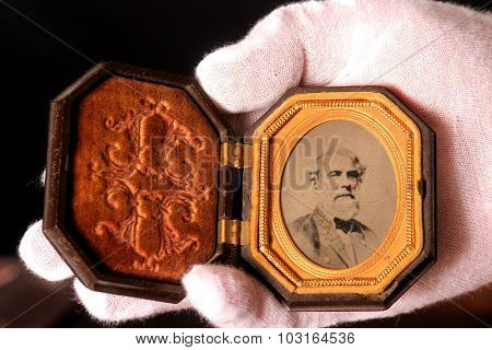 Locket Of Lee