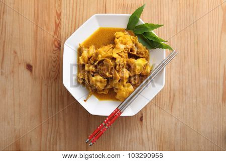 delicious tumeric chichen on the wooden table
