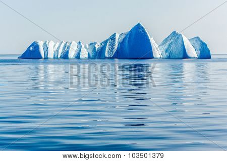 A grpuping of pwerful ice bergas await in the Arctic Ocean
