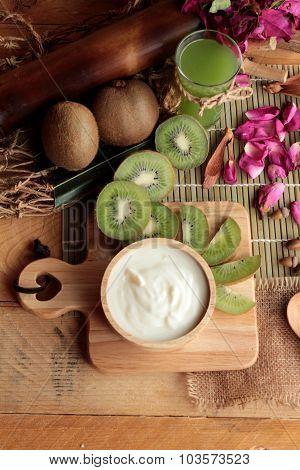 Yogurt White With Green Kiwi Fruit And Kiwi Juice.