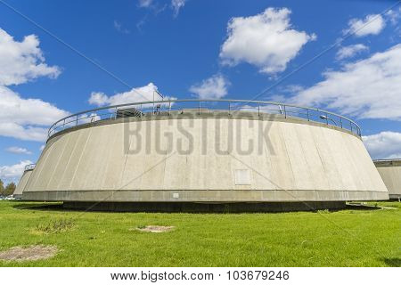 Sedimentation tank in a sewage treatment plant