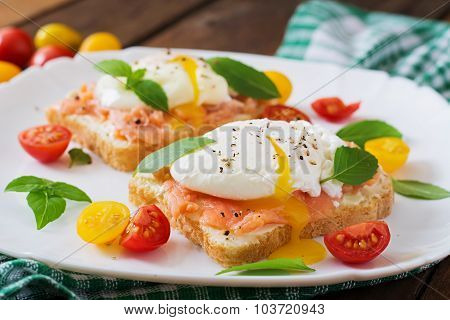 Sandwich with poached eggs with salmon and cream cheese