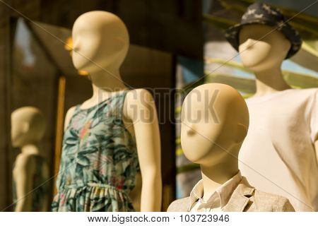 Mannequins in th storefront