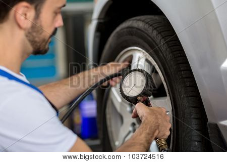 check holding pressure gauge for car tyre pressure measurement