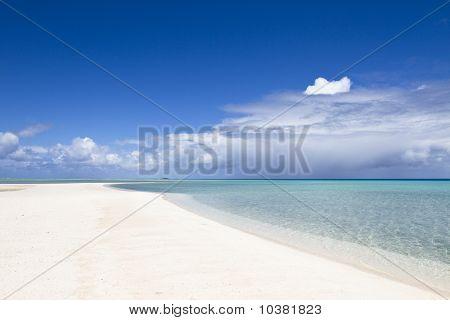 Praia de areia branca e turquesa lagoa
