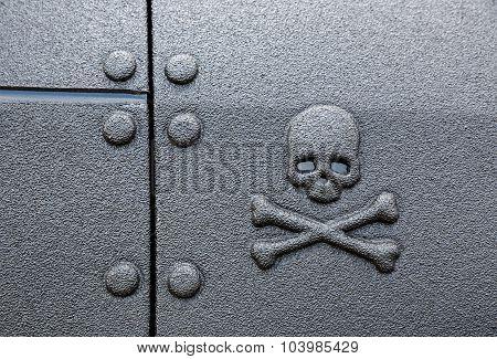 Warning sign skull and crossbones
